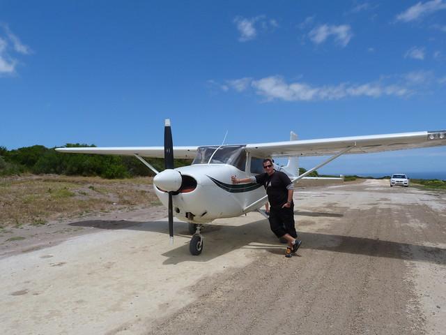 Sele en Grootbos junto a la avioneta en la que sobrevoló la Costa de las Ballenas (Sudáfrica)