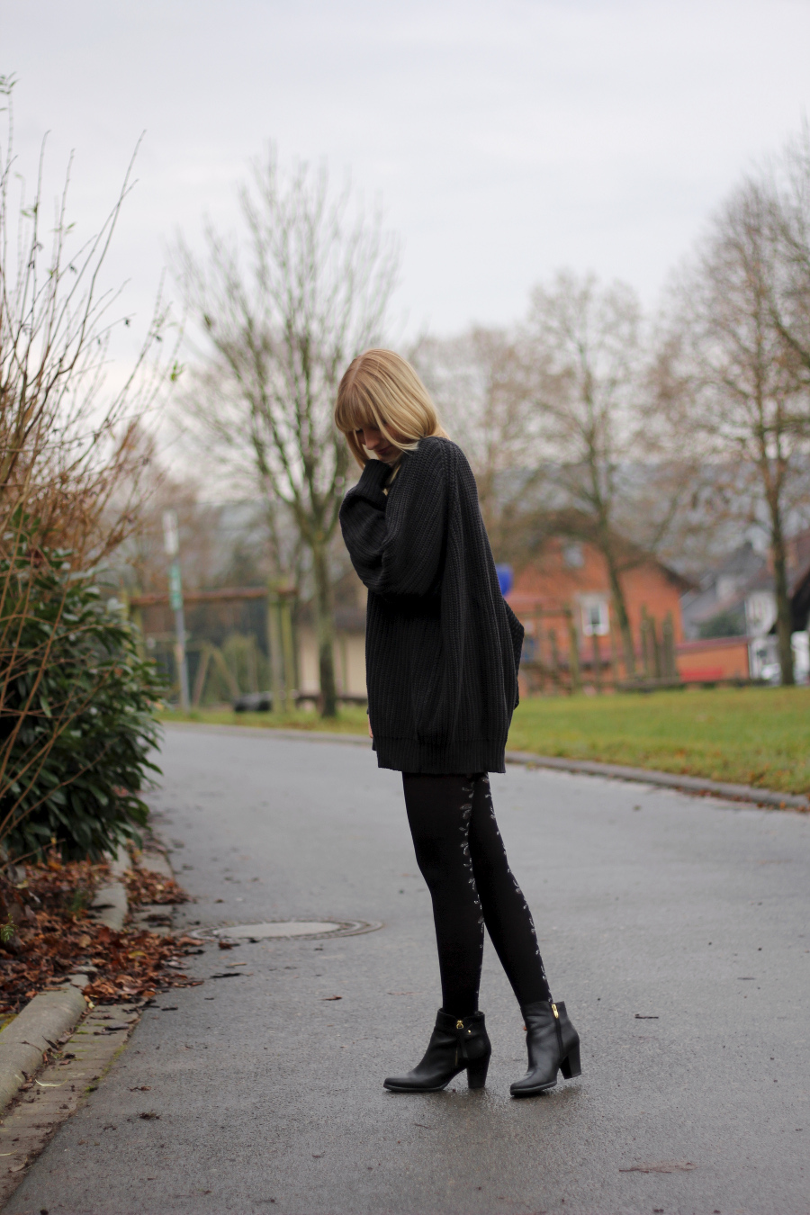 outfit-knitter-oversized-man-booties-tights-with-flourish