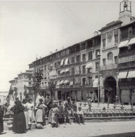 Plaza de Zocodover hacia 1900. Fotografía de Alois Beer. Kriegsarchiv, Wien