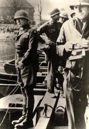 Fotografía retocada de Patton orinando en el Rhin
