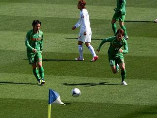 阿部選手のパスに走る和田選手。
