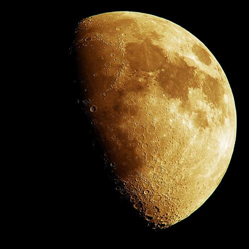 Moon_(2014_08_05)_Edited_(2014_08_17) 自作天体望遠鏡とコンパクト ディジタル カメラで撮影した月の写真。多数のクレーターが明瞭に写っている。半月よりもやや大きい。黄色く輝いている。