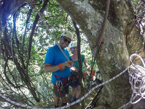 Monteverde: Miss et Mister J sur une plate-forme entre deux tyroliennes