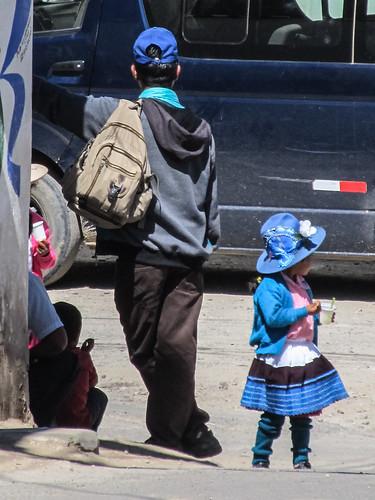 Caraz: petite fille en habits traditionnels