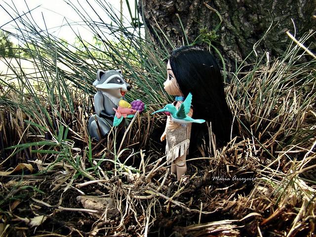 Mini Disney Animators: Meeko is ofering something to dear Pocahontas!