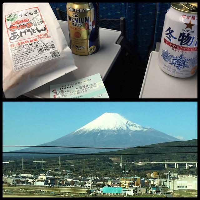 Photo:うどん揚げをつまみにビールと富士山 #しあわせ #mtfuji #beer #shinkansen #shinosaka #tokyo #japan By tami_chan