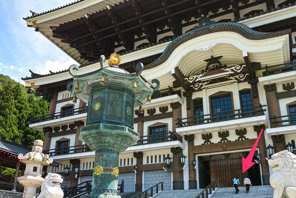大仏殿と観光客の対比