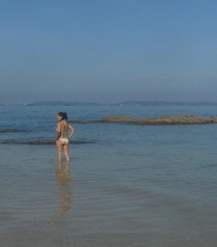 Mujer sola en la playa 2