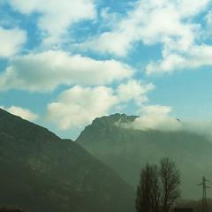 Les montagnes accrochent les nuages. Mais de neige, point. #grenoble