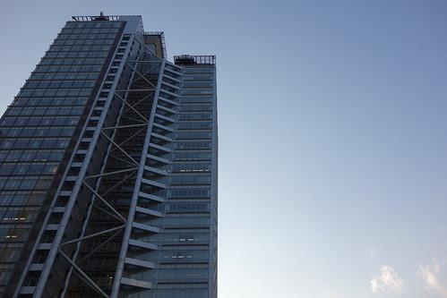"Shinjuku_4 新宿で高層ビルディング群を撮影した写真。 ""中野坂上サンブライトツイン"" である。 前面中央を縦に上から下まで鉄骨トラス構造が連なっている。"