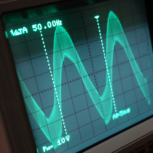 Oscilloscope_Old Network Switch Off_Subwoofer On_F50_Pin5_1 オシロスコープの画面を撮影した写真。ノイズ波形が表示されている。