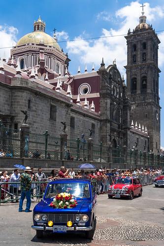 Desfile de autos antiguos. Combate de flores en Puebla.