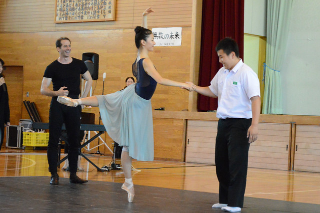 Yuhui Choe dances with a pupil at a school in Kumamoto, Japan © ROH 2016