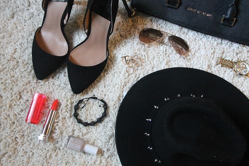 10-must-have-accessoires-fashionblog-hut-schal-gina-tricot-schwarz-black-pumps-essie