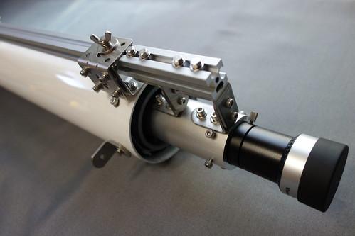 astronomical telescope_9 自作の天体望遠鏡の写真。接眼筒の取り付け部分を写したもの。アルミパイプに地上レンズと固定用のアルミフレームを取り付けてある。金具でしっかりと固定されている。