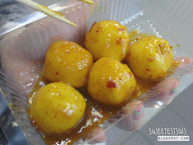 must try street food in hong kong 咖哩魚蛋 curry fishball