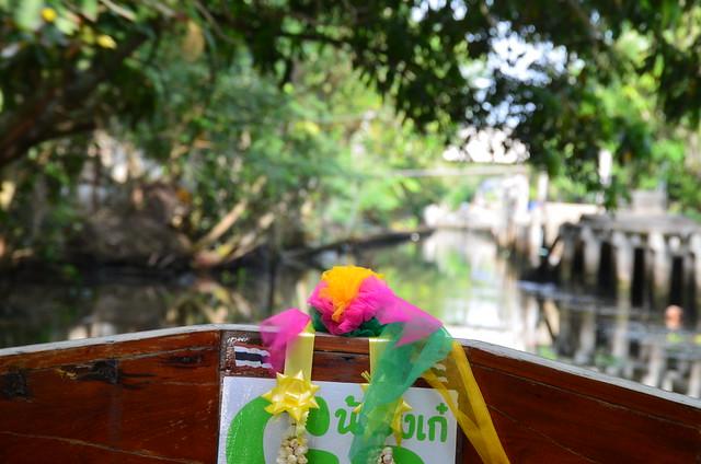 Frontal de la barca por los canales del mercado flotante de Tailandia
