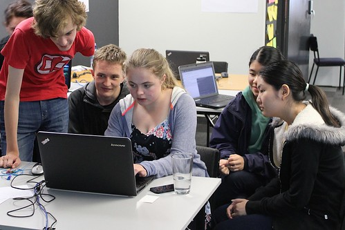 5 students working together on 1 computer