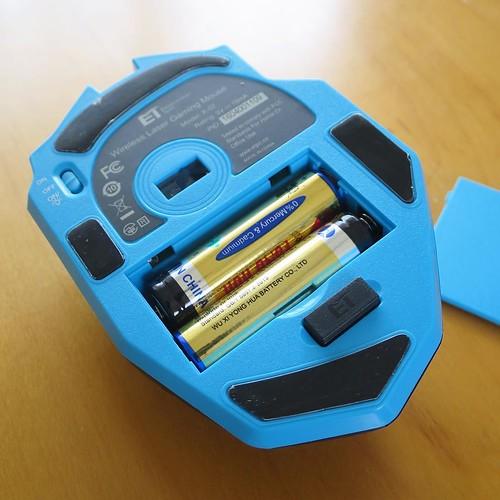 そういえば、まだマウスが途中。裏のカバーを外して、電池を入れたところ。