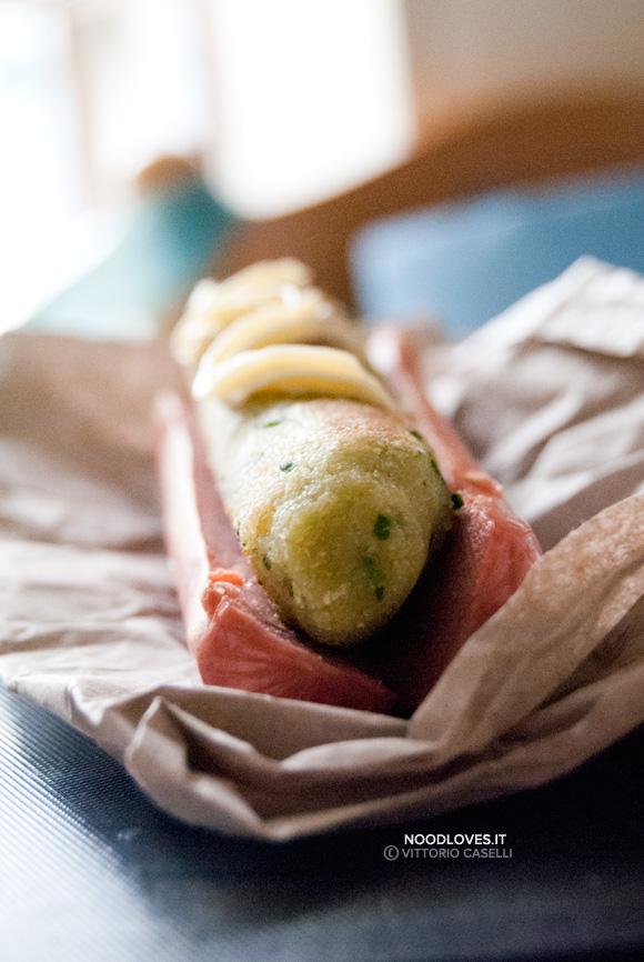 Hot dog con wurstel e polpetta di pane