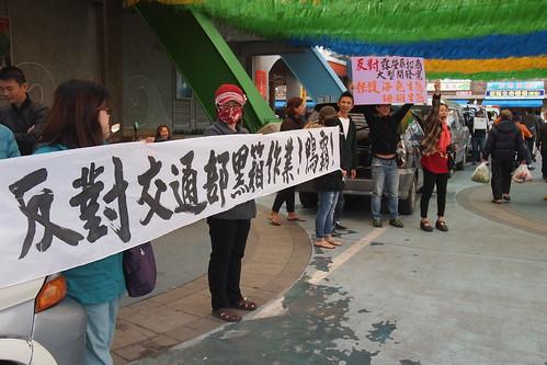 16日一早小琉球自救會在碼頭拉起布條,抗議交通部觀光局黑箱作業