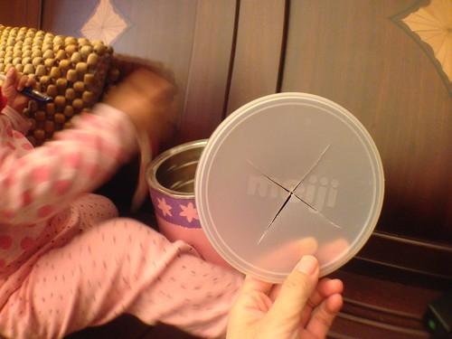 外婆特製的奶粉罐玩具,在罐蓋上切個十字孔就可以塞各種東西進去空罐裡,光這樣小孩就很愛啊!