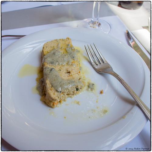 pastel de pescado y verduras con salsa roquefort
