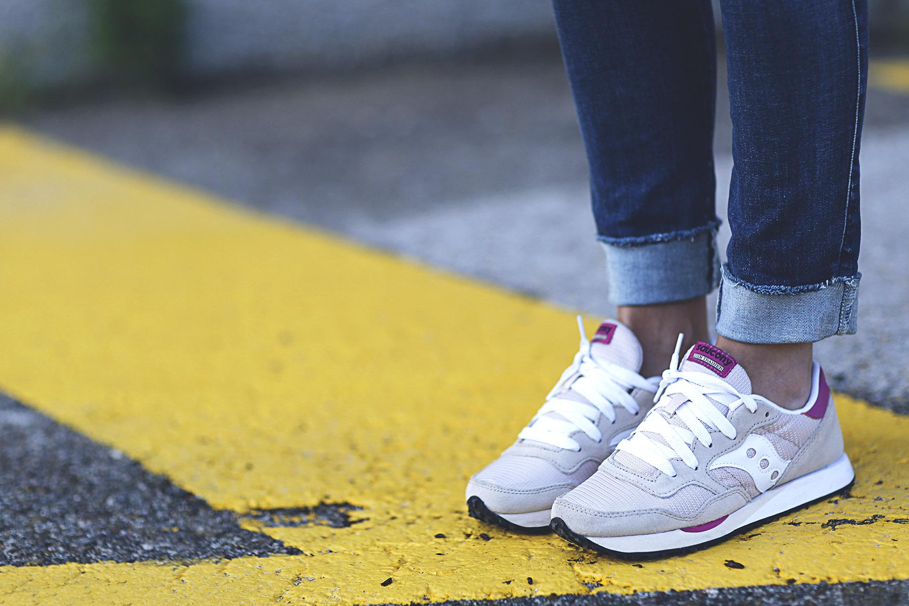 trendy-taste-look-outfit-sneakers-saucony-tita-madrid-trench-gabardina-denim-jeans-primavera-2