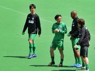 アップ前にゴール裏に挨拶に来た選手たち。