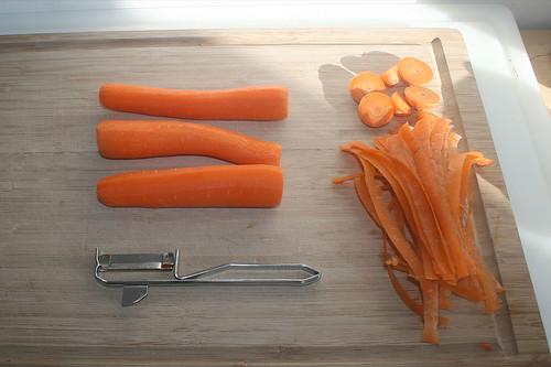 21 - Möhren schälen / Peel carrots