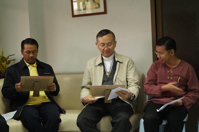 สามเณรใหญ่กับนักศึกษาคริสนธรรม มาคำนับอวยพรพระคุณเจ้า