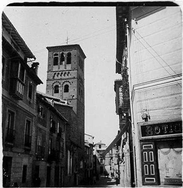 Torre y calle de Santo Tomé en 1900. Fotografía de Augusto T. Arcimis © Fototeca del IPCE, MECD. Signatura ARC-0709_P