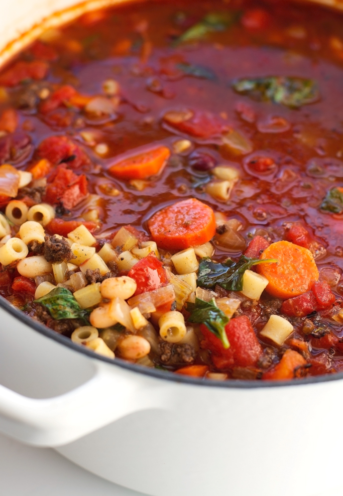 Pasta e Fagioli soup - a thick and hearty soup loaded with veggies and protein and it takes just 30 minutes to make, from start to finish! #copycat #recipe #pastaefagioli #olivegarden | Littlespicejar.com