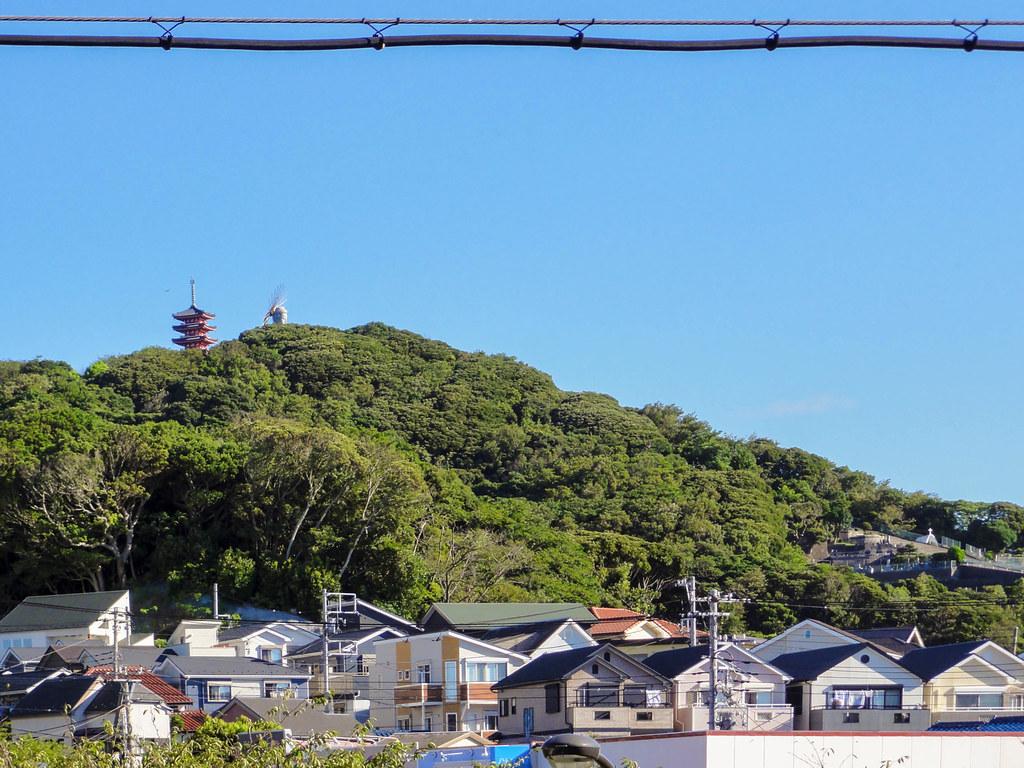 三浦富士にそびえる三浦大仏