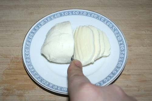 36 - Mozzarella in Scheiben schneiden / Cut mozzarella in slices