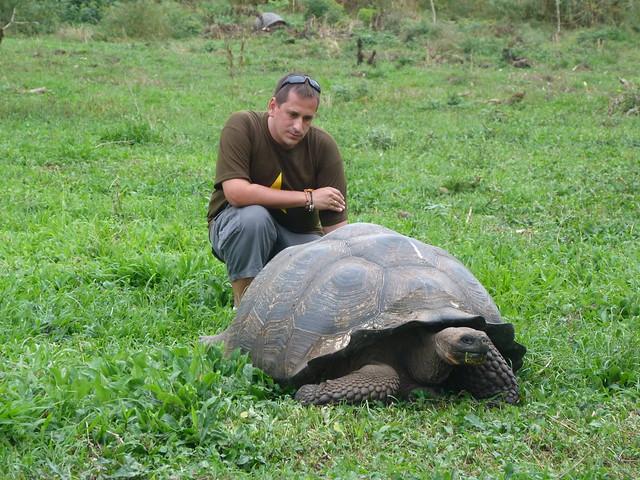 Sele con una tortuga gigante de Galápagos