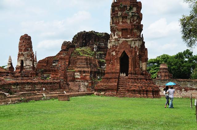 Una de las paradas de nuestro tour por Ayutthaya junto a una pareja que se protegía del sol