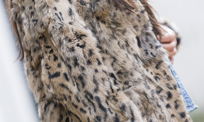 street style barbara crespo fluffy coat hake bag leopard print hat fashion blogger outfit blog de moda