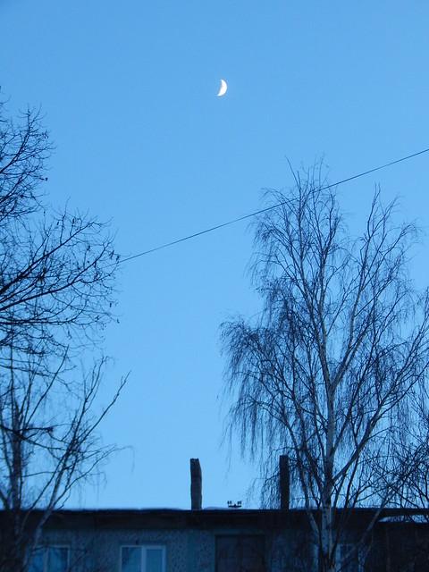 Луна над крышей дома