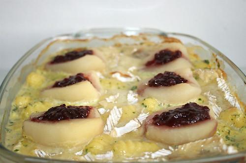 38 - Pork loin in brie sauce with gnocchi, peaches & cranberries / Schweinelende in Brie-Sahne-Sauce mit Gnocchi, Birnen & Preiselbeeren - Servierfertig - Closeup