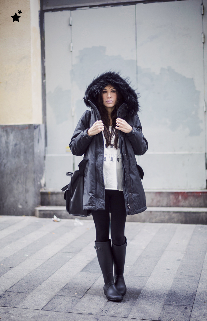 street style barbara crespo the corner rainy day parka rain boots black fashion blogger outfit blog de moda