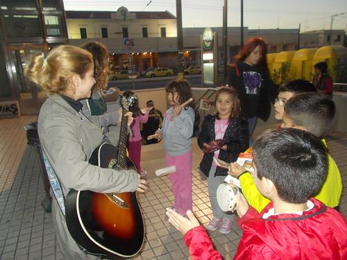 Το απόγευμα της περασμένης Πέμπτης,  20 Νοεμβρίου, Παγκόσμιας Ημέρας των Δικαιωμάτων του Παιδιού, μια ευχάριστη έκπληξη περίμενε τους επιβάτες του Μετρό στο Στ. Λαρίσης.