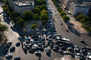 Vue sur la circulation sur la Place de l'Étoile depuis le sommet de l'Arc de Triomphe