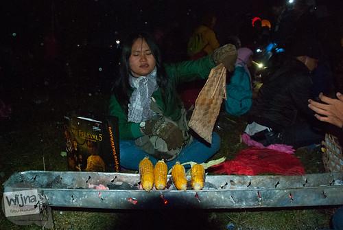Bakar jagung bakar sambil menerbangkan lampion di acara Dieng Culture Festival 2014