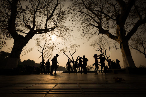 china morning silhouette sunrise dance wideangle westlake hangzhou 中国 杭州 fujiflmxt1