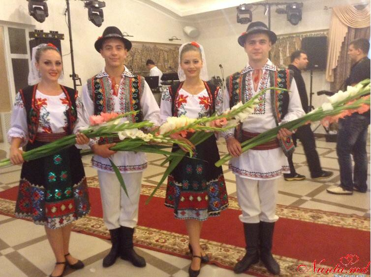 """Dansatorii Ansamblului """"IZVORAŞ"""" / Lecţii de dans pentru miri"""
