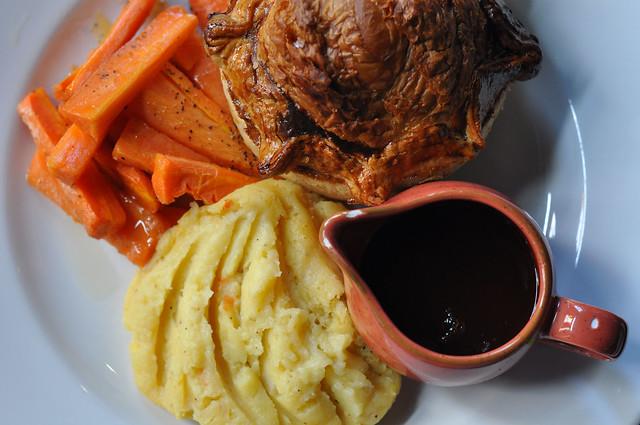 Kyllingetærte med kartoffelmos, gulerødder og sovs