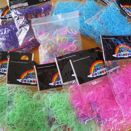 娘へのプレゼント。編む輪ゴム、LOOMバンドがなんと約4000本!これで、送料込み1000円ですよ、奥さん。