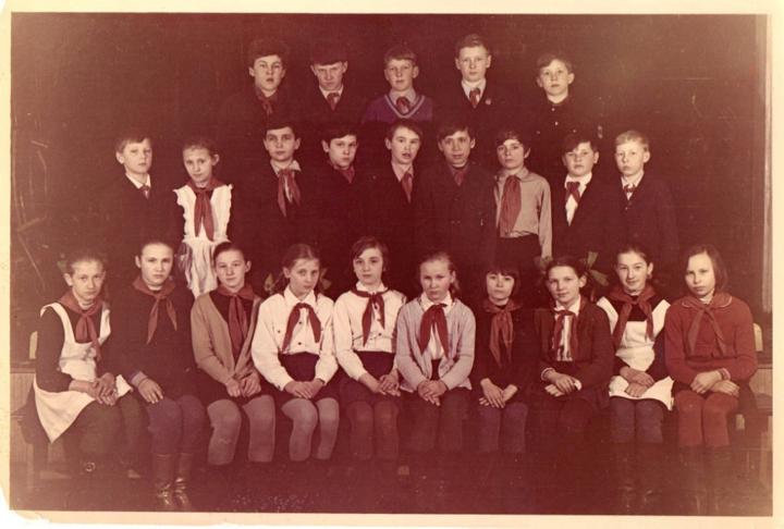 Школьные классы разных лет: 8-летняя школа