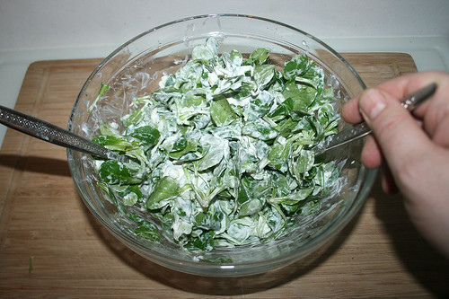 62 - Dressing und Feldsalat vermengen / Mix dressing & lamb's lettuce